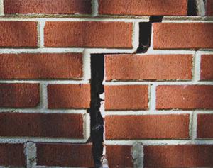 Зачем нужна экспертиза трещин по стенам дома